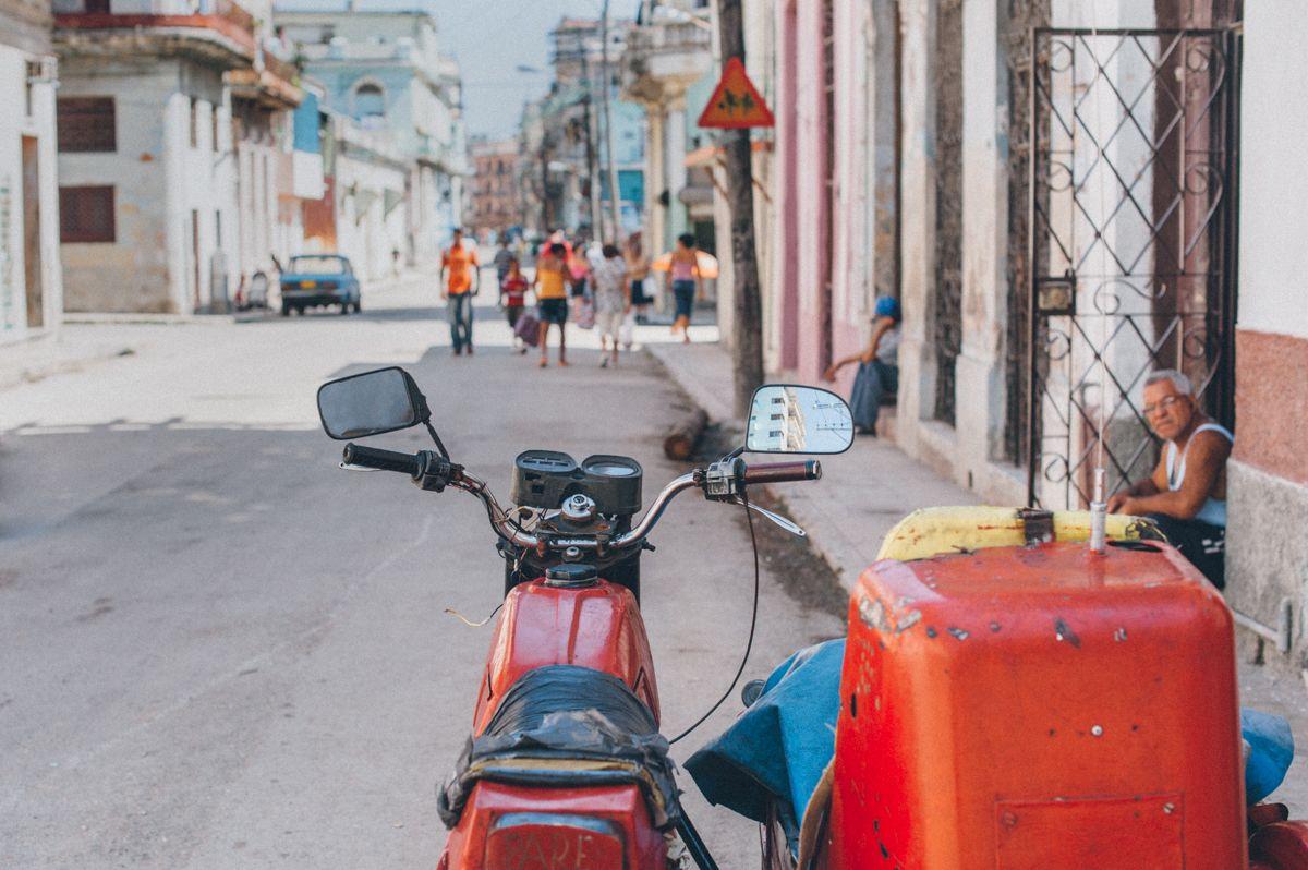 красный куба Гавана олдтаймер уличное фото