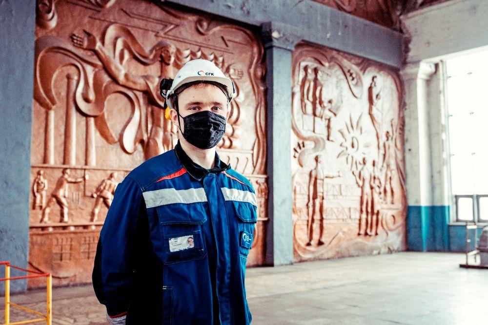 Из серии «Такая работа» работа дело профессия люди труд инсайд журналистика репортаж энергетика Россия рабочий портрет панно цех каска маска парень 2021