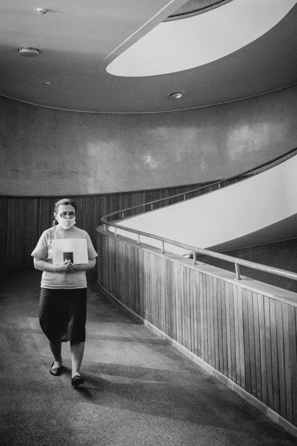 Из серии «Такая работа» работа дело профессия люди труд инсайд журналистика репортаж Россия город статистика Ле Корбюзье Le Corbusier модерн архитектура женщина пандус Центросоюз
