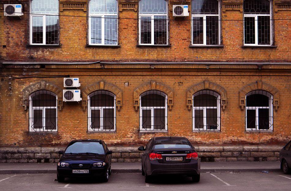 Прокуратура стена окна автомобили город этюд фотоэтюд