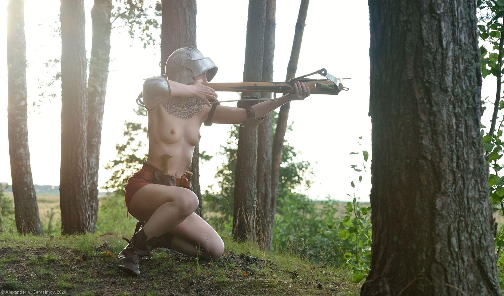 *** арбалетчица девушка арбалет ню доспехи crossbow
