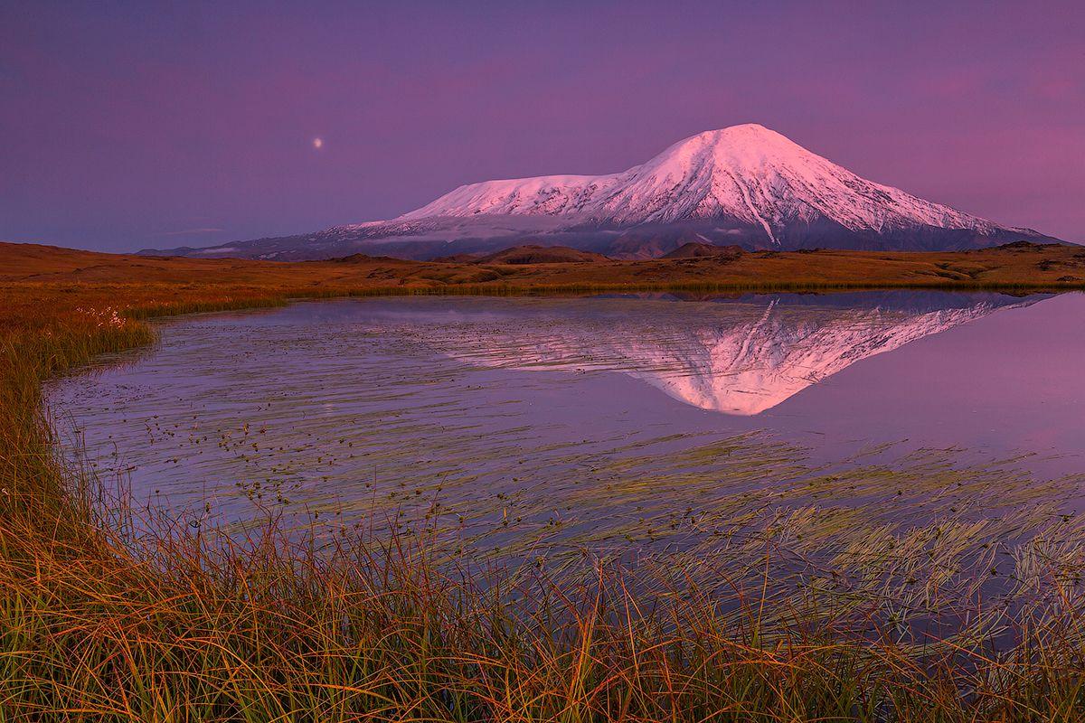 Вечерняя Камчатка Камчатка вулкан пейзаж природа путешествие россия осень закат озеро луна