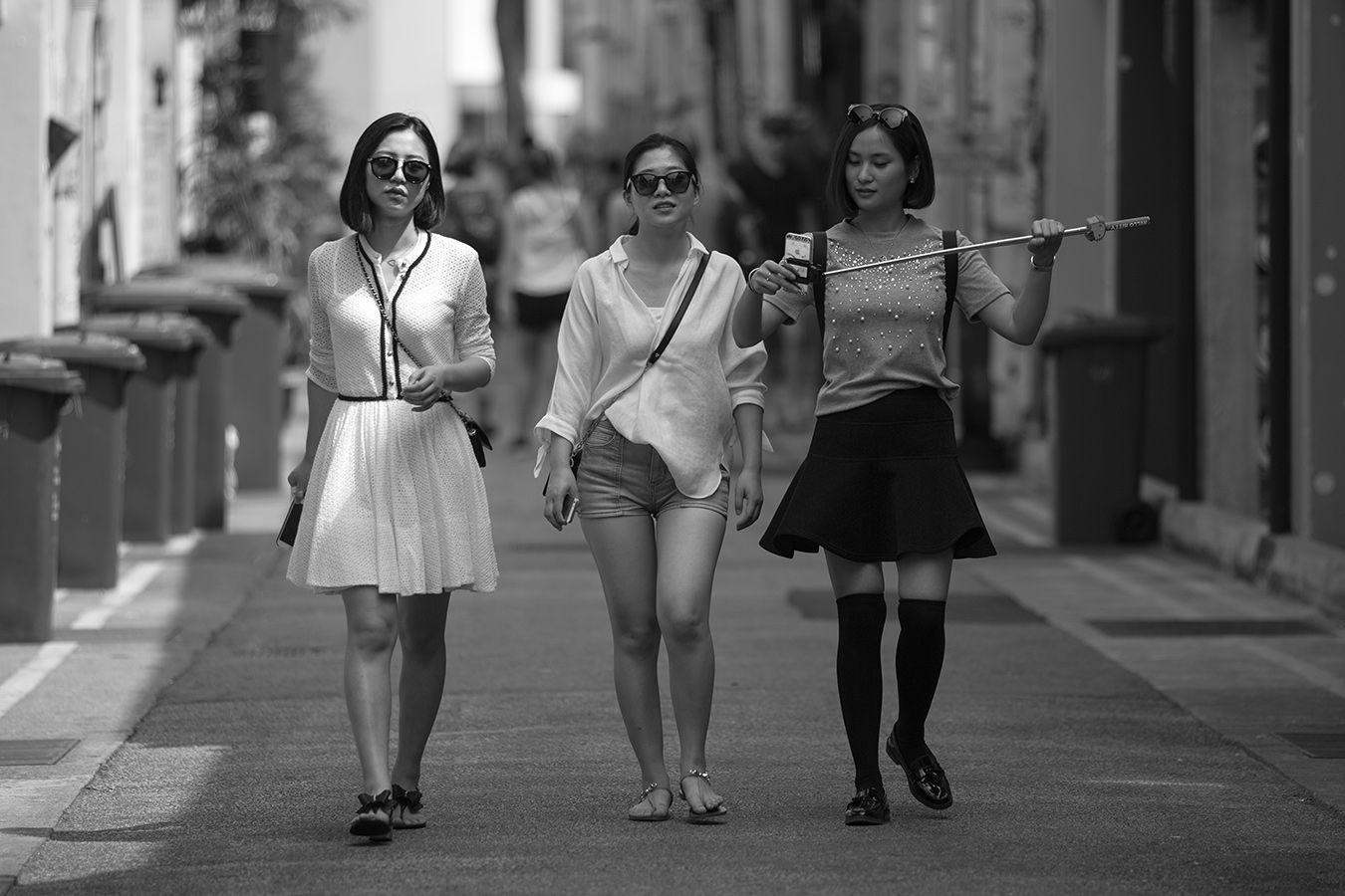Они идут девушки