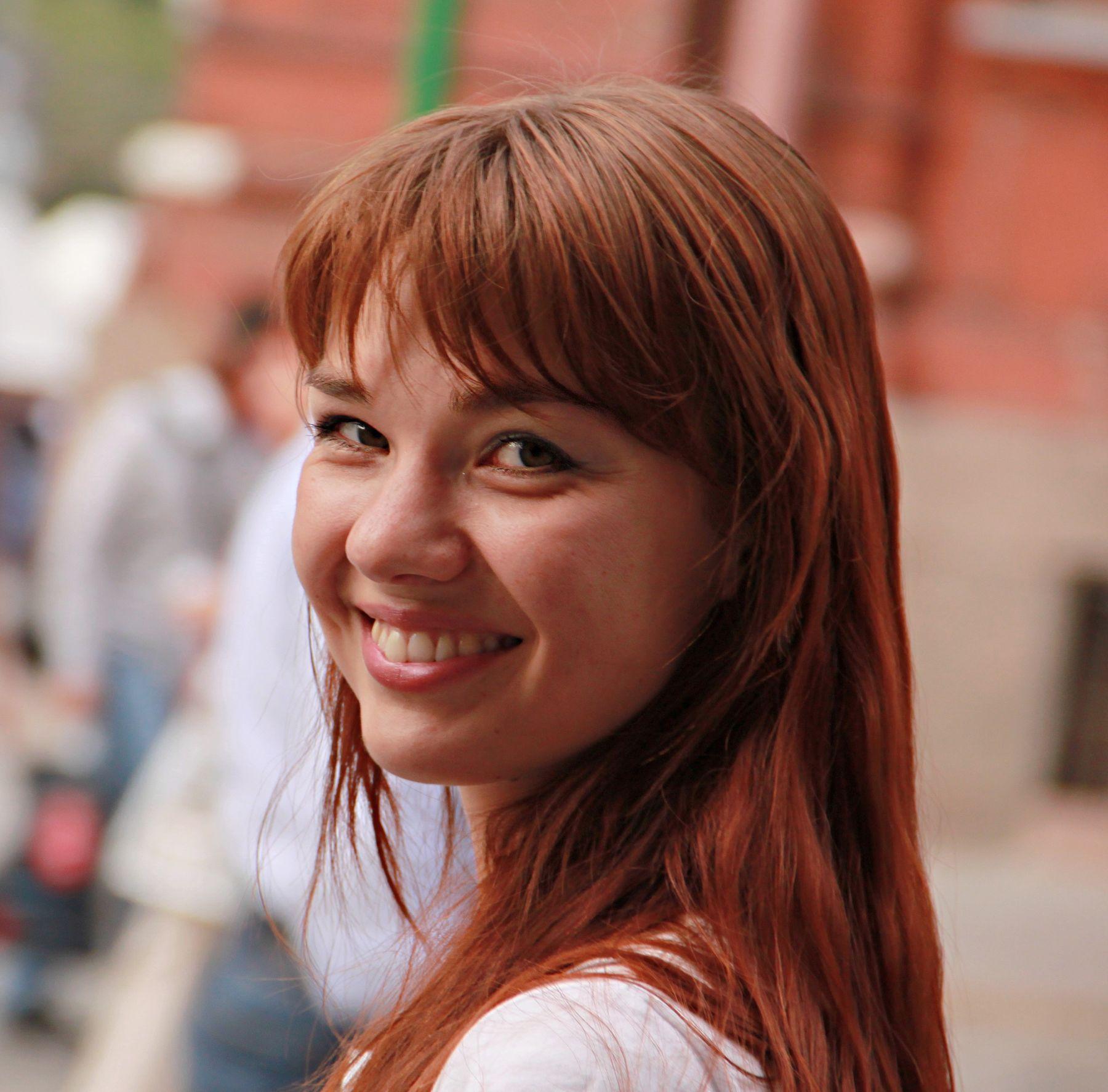 Улыбка люди лица город прохожие уличный портрет стрит девушки