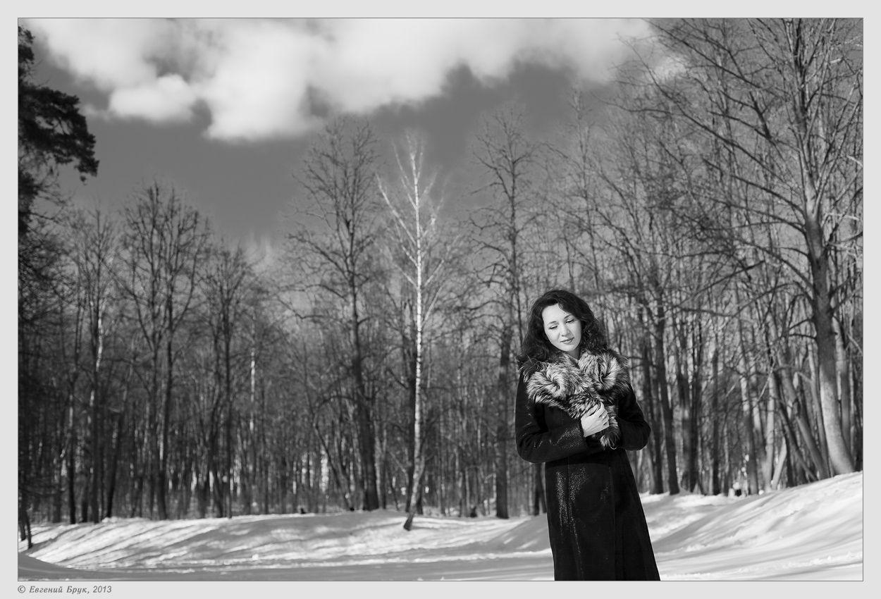 Фото 8-26 девушка образ портрет взгляд хорошее настроение парк деревья зима снег сугробы небо облака прекрасный зимний день отличная зимняя погода прогулка монохром